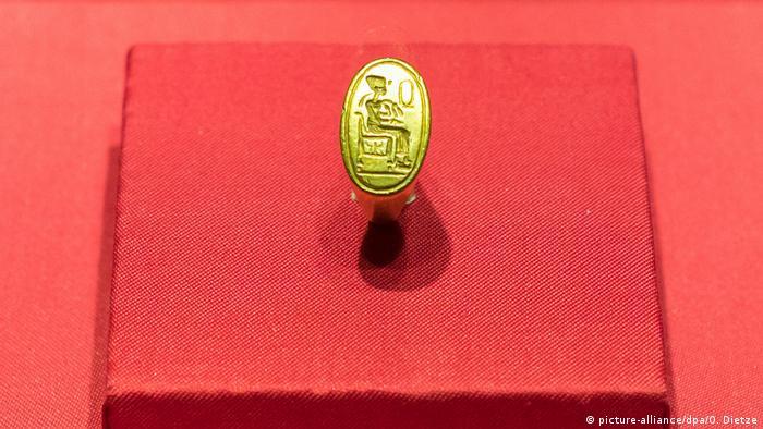 Goldener Siegelring mit Darstellung der thronenden Nofretete aus der Ausstellung PharaonenGold in der Völklinger Hütte. (picture-alliance/dpa/O. Dietze)