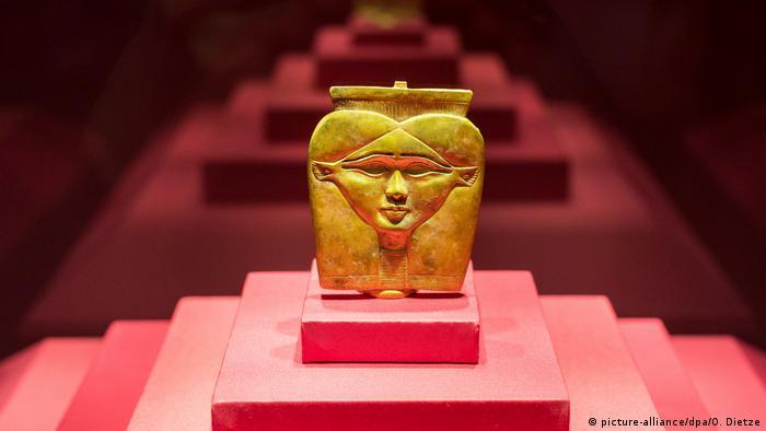 Goldener Stabaufsatz der Göttin Hathor in der Ausstellung PharaonenGold in Völklingen. (picture-alliance/dpa/O. Dietze)