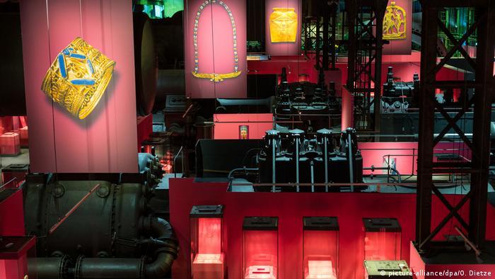 Blick in den Ausstellungsraum der Völklinger Hütte bei der Ausstellung PharaonenGold.