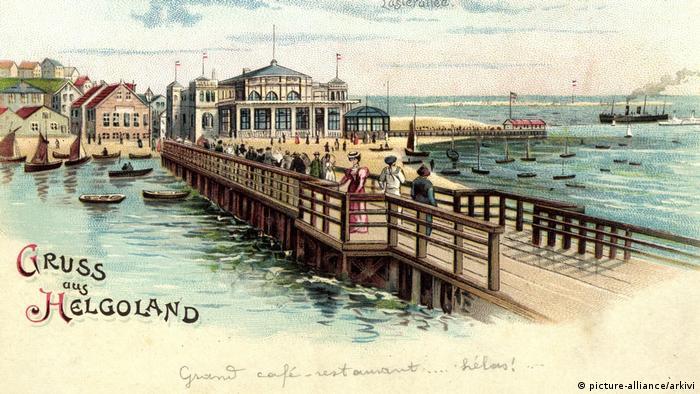 Helgoland, alte, kollorierte Postkarte mit Ansicht des Konversationshauses und Seebrücke (picture-alliance/arkivi)