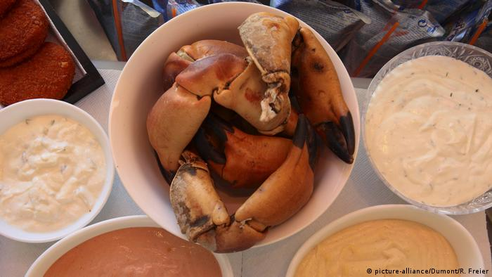 Bowl with crab claws and dips (picture-alliance/Dumont/R. Freier)