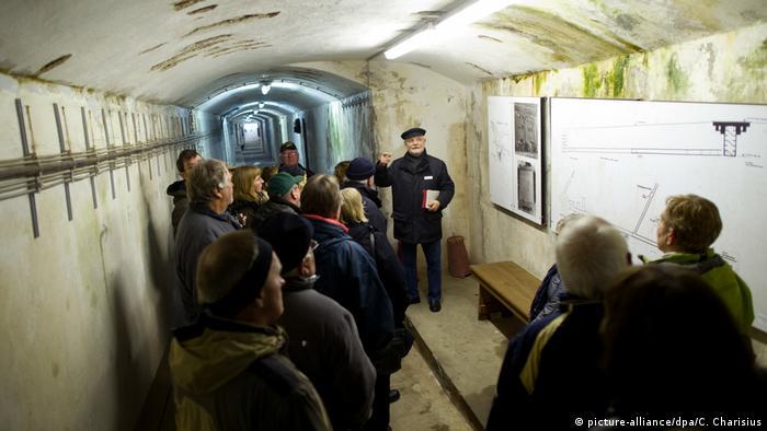 Gruppe besichtigt den Helgoländer Zivilschutzbunker (picture-alliance/dpa/C. Charisius)