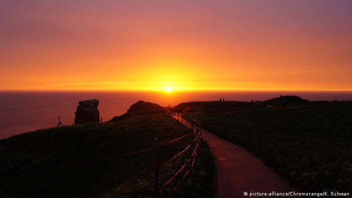 Sonnenuntergang auf Helgoland (picture-alliance/Chromorange/K. Schwan)