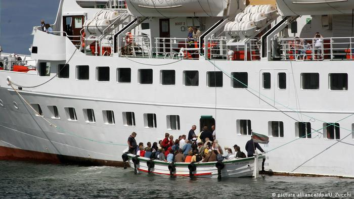 Heligoland, disembarking tourists on to steam boats (picture-alliance/dpa/U. Zucchi)