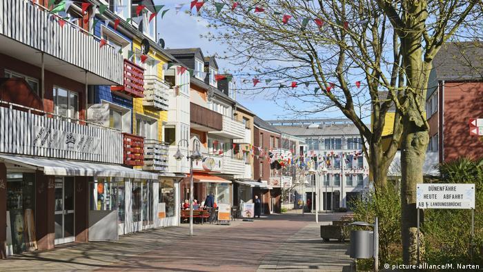Helgoland, Einkaufsstraße Lung Wai mit bunten Häusern (picture-alliance/M. Narten)