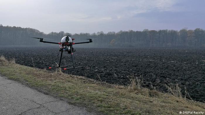 Eine Drohne fliegt über ein Feld (DAI/Pál Raczky)