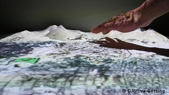 A hand reaches out to touch a 3D landscape (DAI/Eva Götting )
