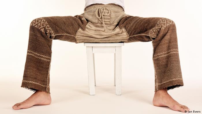 Eine Person trägt eine alte, gewebte Hose aus China, die das DAI in Pekinh gefunden hat. (Jan Evers)