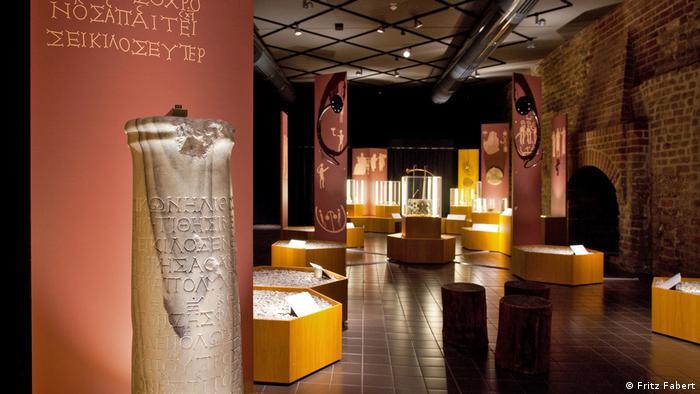 Die Seikilos-Stele steht in einem Ausstellungsraum (Fritz Fabert)