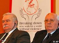 Gorbaçov (djathtas) dhe Valensa, në takimin e laureatëve të çmimit Nobel, 10 nëntor 2009, në Berlin