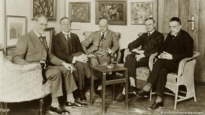 Мастера Баухауса в Веймаре (слева направо) - Лионель Фейнингер (Lyonel Feininger), Василий Кандинский (Wassily Kandinsky), Оскар Шлеммер (Oskar Schlemmer), Георг Мухе (Georg Muche) и Пауль Клее Paul Klee. 1925 год