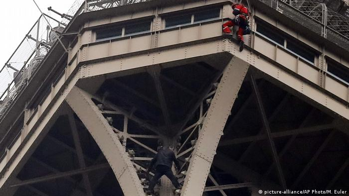 Frankreich Evakuierung Eiffelturm in Paris (picture-alliance/AP Photo/M. Euler)