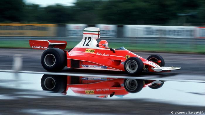Niki Lauda pilotando uma Ferrari 312T no Grande Prêmio da Inglaterra de 1975