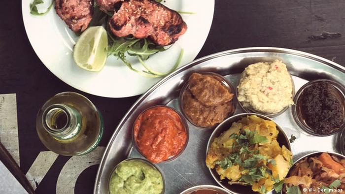 Metal round plate with small bowls, in it different sauces and dips (Foto: W – Der Imbiss).