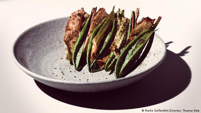 Gray round dish with roasted vegetables (Foto: Marko Seifert/Art Director, Thamar Ette)