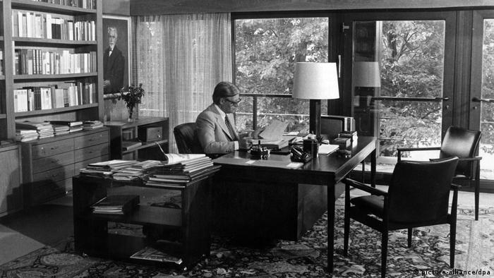 Chancellor's office in the former Federal Chancellery with then-German chancellor Helmut Schmidt working at his desk (picture-alliance/dpa)