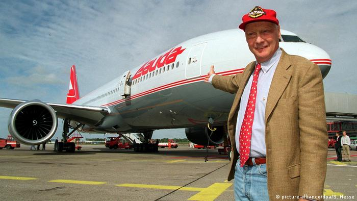 Niki Lauda mit Boeing 777 der Lauda Air in Hamburg, 1997 (picture-alliance/dpa/S. Hesse)
