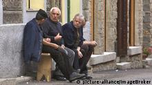 Alte Männer sitzen auf einer Bank, unterhalten sich, Orgosolo, Sardinien, Italien, Europa | Verwendung weltweit, Keine Weitergabe an Wiederverkäufer.