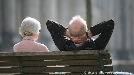 Pensioners enjoy the sun in Berlin (picture-alliance/dpa/S. Scheuer)