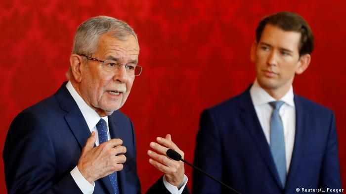 Bundespräsident Van der Bellen (li.) nach einem Gespräch mit Bundeskanzler Kurz