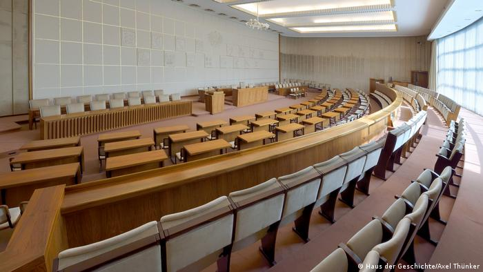 Plenary hall of the former Bundesrat building (Haus der Geschichte/Axel Thünker)