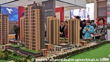 19.04.2019, China, Dalian: Chinese homebuyers look at housing models of a residential property project at a real estate fair in Dalian city, northeast China's Liaoning province, 19 April 2019. Housing prices in 70 big Chinese cities increased an average of 10.6 per cent year on year in March, the quickest gain since April 2017 and the latest indication that the world°Øs second-largest economy is rebounding after a difficult start to the year. Foto: Liu Debin/Imaginechina/dpa |