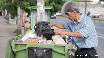 جستوجوی غذا در سطل زباله. قدرت خرید مردم ایران بالا رفته است؟