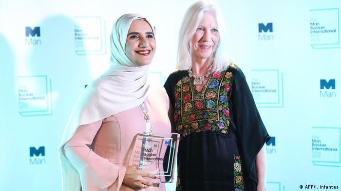 Jokha Alharthi und Marilyn Booth posieren fürs Foto bei der Verleihung des Man Booker Prize International Prize