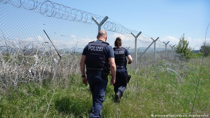 German police officers patrol the Greek side of the border with North Macedonia on behalf of Frontex (May 2020) | Photo: Picture-alliance