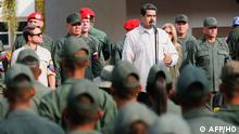 Handout picture released by Miraflores Palace press office showing Venezuela's President Nicolas Maduro (C) delivering a speech next to Venezuelan Defense Minister Vladimir Padrino (2-L) during the march of loyalty with personnel of the Venezuelan Bolivarian National Armed Forces (FANB) in Carabobo state, Venezuela on May 21, 2019. (Photo by HO / Venezuelan Presidency / AFP) / RESTRICTED TO EDITORIAL USE - MANDATORY CREDIT AFP PHOTO / VENEZUELAN PRESIDENCY - NO MARKETING NO ADVERTISING CAMPAIGNS - DISTRIBUTED AS A SERVICE TO CLIENTS
