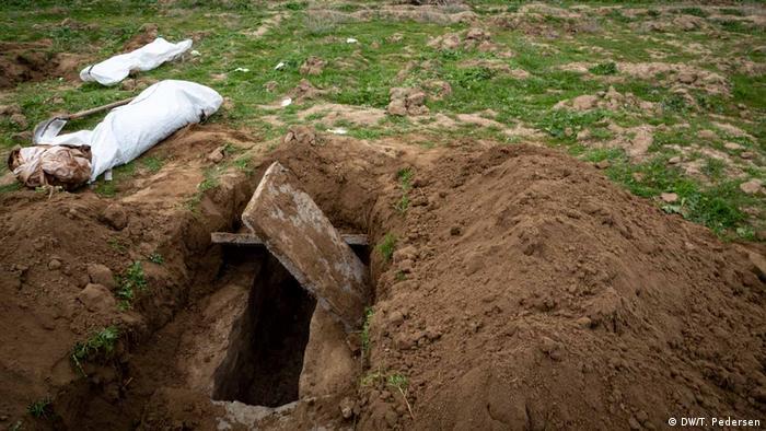 یکی از گورهای جمعی کشف شده در شهر رقه سوریه که حدود سه سال در تصرف اسلامگرایان تروریست داعش بود