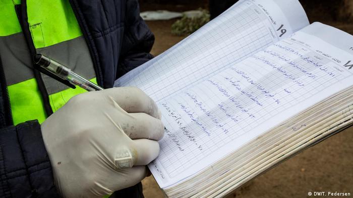 Jemand schreibt etwas in ein Buch (Foto: DW)