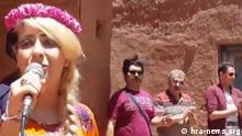 Iran, singende Frau in Abyaneh