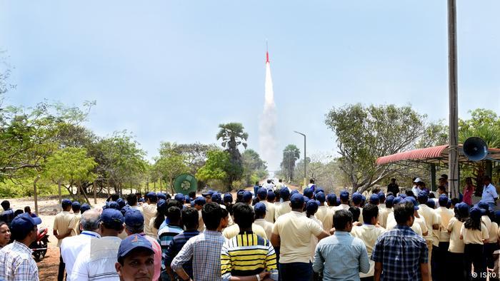 Lanzamiento de un satélite indio al espacio.