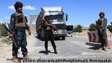 Afghanistan | Sicherheitskräfte stehen an einem Checkpoint in Ghazni