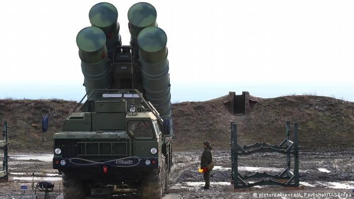 An S-400 system as a Russian airbase (picturealliance/A. Pavlishak/TASS/dpa)