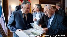 The Israeli Ambassador to Germany, Jeremy Issacharoff, and David Blumberg from the National Library of Israel look through documents belonging to Max Brod, Franz Kafka's friend (picture-alliance/dpa/B.v. Jutrczenka)