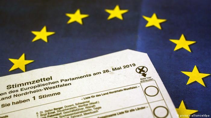 Избирательный бюллетень на фоне флага Европейского Союза