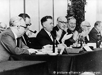 در کنگره باد گوسبرگ، از راست به چپ: آیشلر، شوتل، اشمیت، ارلر، ناو، ونر و اولنهایر