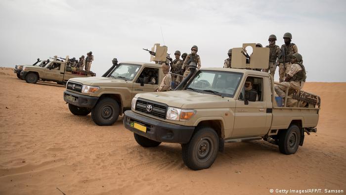 Soldados da Mauritânia num posto de comando da força militar do G5 Sahel.