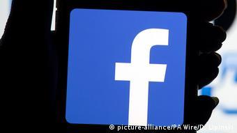 Symbolbild Facebook Smartphone