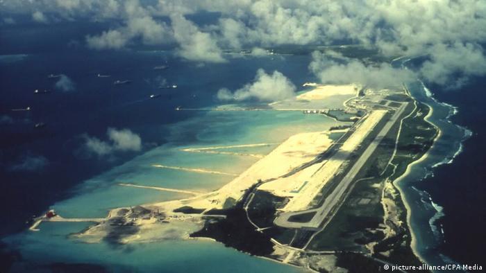 Na jednom od otoka izgrađena je vojna baza koju su Britanci iznajmili SAD-u