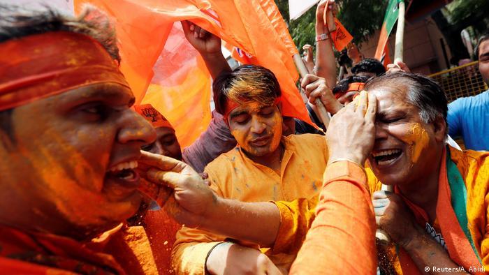 BJP Anhänger feiern in Neu Delhi Wahlergebnis (Reuters/A. Abidi)