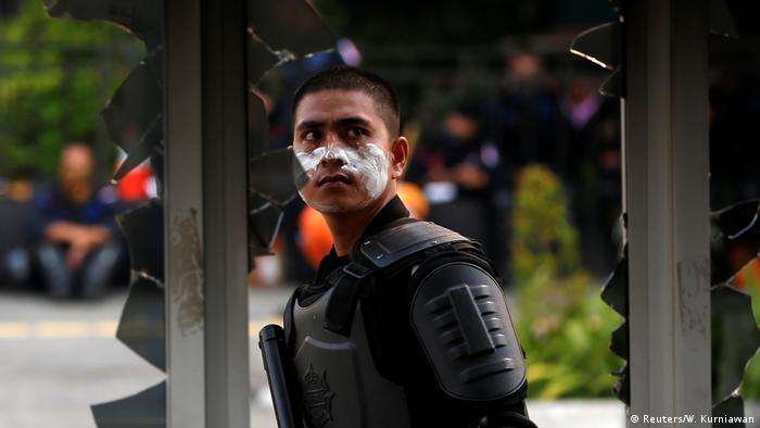 Zum Schutz vor Tränengas: Einige Demonstranten tragen Zahnpasta um die Augen