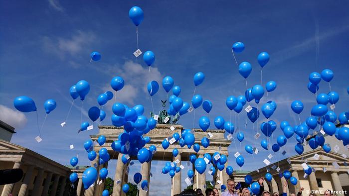 Das Brandenburger Tor in Berlin, blaue Ballons steigen auf zur Feier von 70 Jahren Grundgesetz