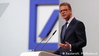 Το σχέδιο αναδιάρθρωσης παρουσίασε στους μετόχους ο επικεφαλής της Deutsche Bank τον περασμένο Μάιο
