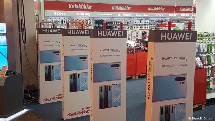 Huawei-Werbungsplakate im türkischen Media Markt (DW/A.E. Duram)
