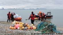 HANDOUT - Crewmitglieder des Greenpeace-Schiffes «Arctic Sunrise» sammeln am 25.06.2016 Plastikmüll am Strand von Sarstangen auf der Insel Prince Carls Forland auf Spitzbergen (Norwegen). Bei einer Aktion an Stränden im arktischen Spitzbergen haben Greenpeace-Aktivisten viel Müll eingesammelt. Selbst die abgelegensten Regionen der Erde seien inzwischen verschmutzt - das sei auch Folge der ausufernden Fischereiindustrie, teilte die Umweltorganisation am 29.06.2016 in Hamburg mit. Foto: Christian Aslund/Greenpeace/dpa (zu dpa «Greenpeace fordert Meeresschutzgebiet rund um Spitzbergen» vom 29.06.2016 - ACHTUNG: Nur zur redaktionellen Verwendung im Zusammenhang mit der aktuellen Berichterstattung und nur bei Nennung: «Foto: Greenpeace/dpa») |