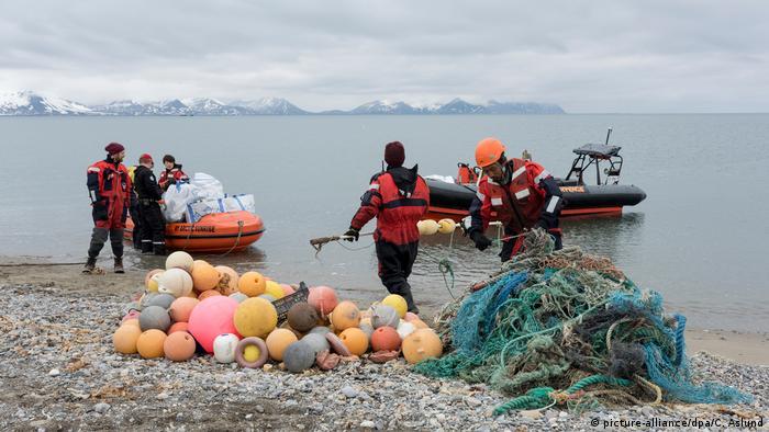 Активісти Greenpeace збирають пластикове сміття на узбережжі Шпіцбергену