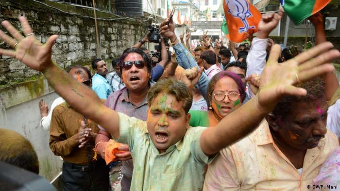 Eleitores do Partido do Povo Indiano celebram a vitória eleitoral, em Calcutá